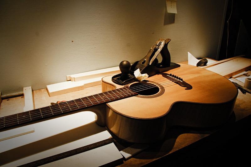 IMAGE: http://arumdevil.com/stuff/pics/guitar_plane.jpg
